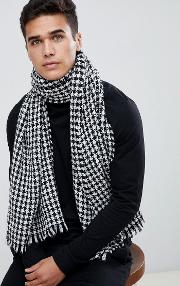scarf in houndstooth pattern