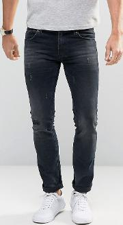 jeans in slim fit with distressed detail